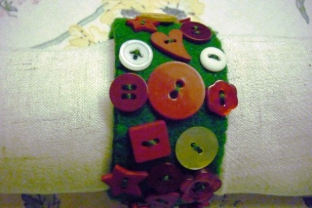 Holiday Crafts Made From Buttons http://bakingandmaking.com/2011/11/15/christmas-craft-button-napkin-ring/